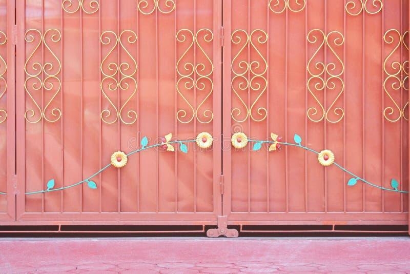 Zinkglidbanadörr i templet, metallbakgrund royaltyfria bilder