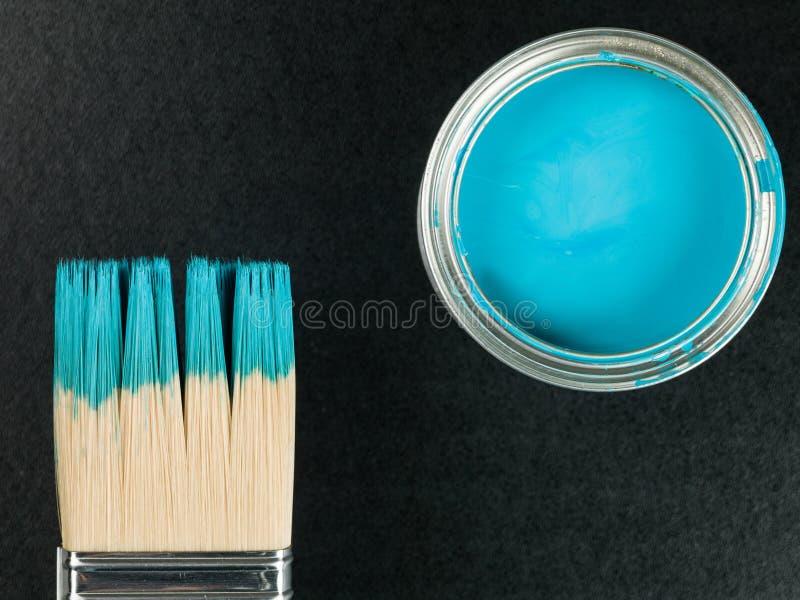Zinn der blauen Farbe mit einem Pinsel stockfoto
