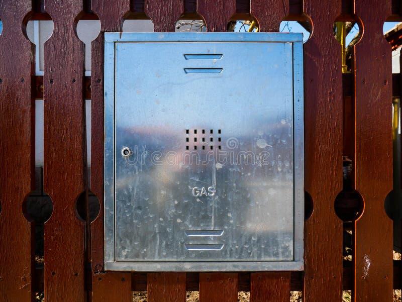 Zinngaskasten auf residentual Hausbretterzaun stockfotos