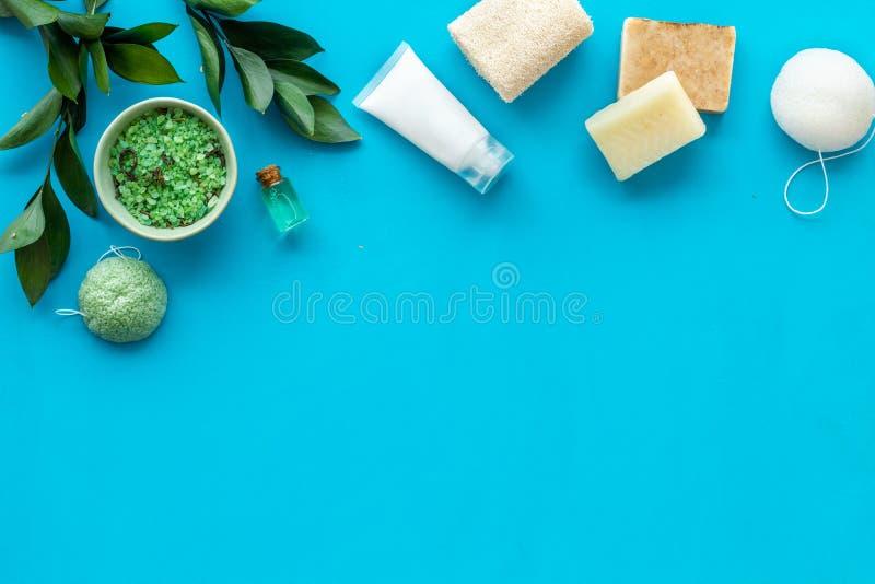 Ziołowy organicznie kosmetyczny ustawiający dla domowej roboty zdroju na błękitnym tle flatlay w górę obraz stock