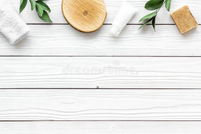 Ziołowy organicznie kosmetyczny ustawiający dla domowej roboty zdroju na białym drewnianym tle flatlay w górę zdjęcia royalty free