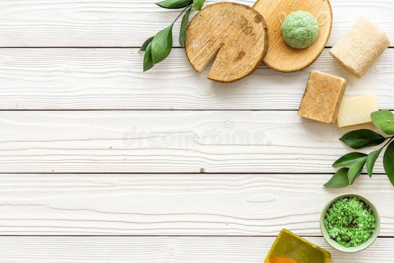 Ziołowy organicznie kosmetyczny ustawiający dla domowej roboty zdroju na białym drewnianym tle flatlay w górę obraz royalty free