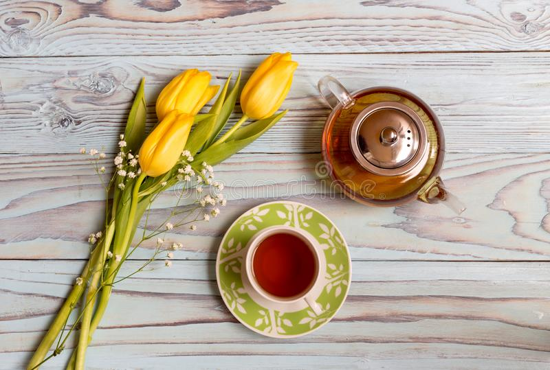 Ziołowa herbata i tulipany obrazy stock