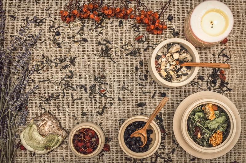 Ziołowy alternatywnej medycyny tło składniki organiczne zdjęcie stock