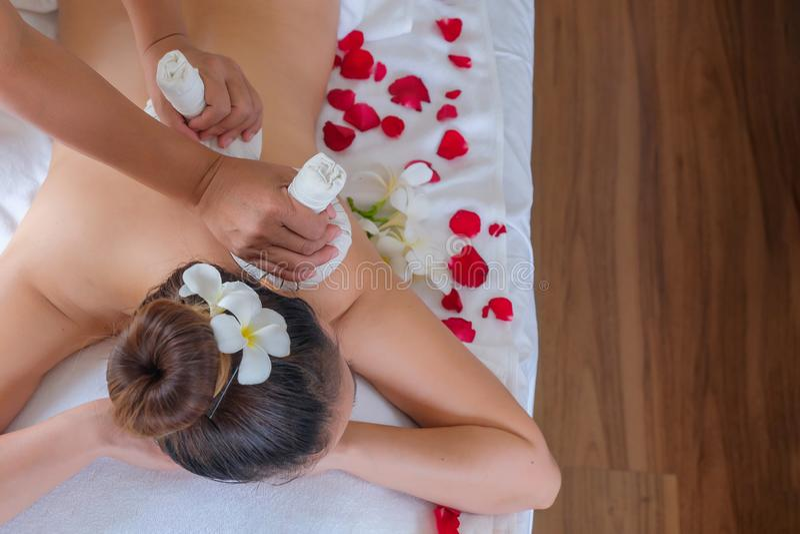 Ziołowy kompresu masaż jest sukienny że używa wiele ziele zawijać wpólnie Przynosi kontrpara dla gorącego Jest leczniczym metodą zdjęcie stock