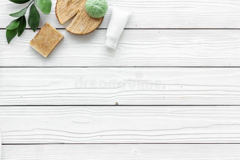 Ziołowy kosmetyczny ustawiający dla domowej roboty zdroju na białej tło odgórnego widoku przestrzeni dla teksta zdjęcie stock