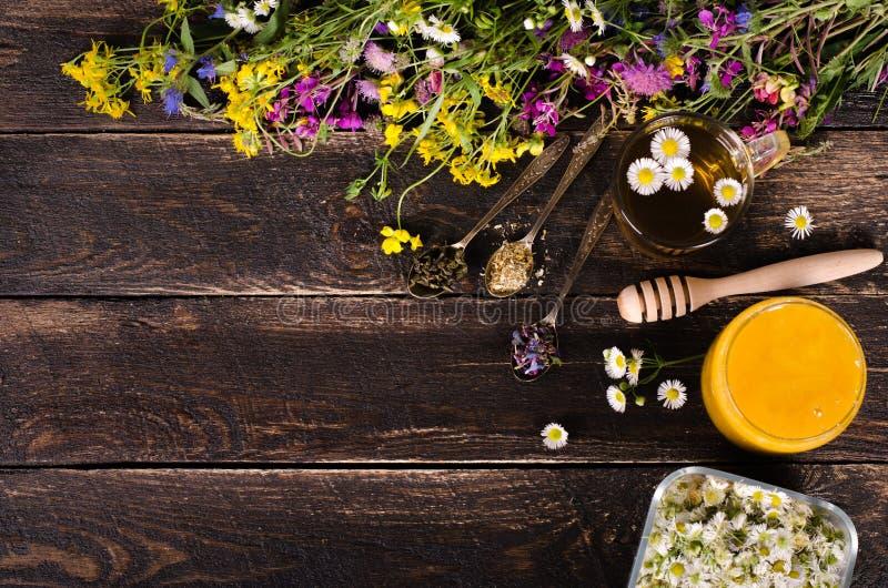 Ziołowy miód z dzikimi kwiatami i różnorodnymi ziele pojęcie zdrowego stylu życia Uwalnia przestrzeń dla twój teksta fotografia royalty free