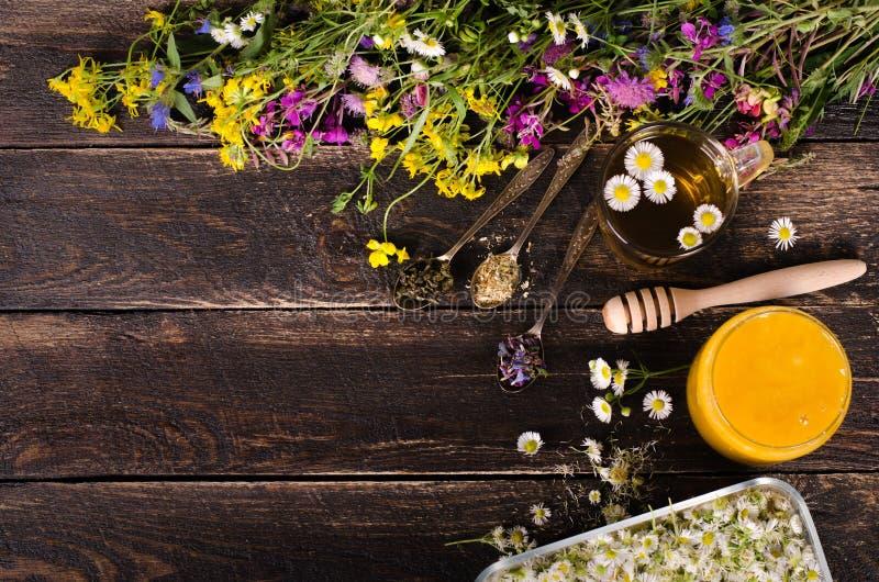 Ziołowy miód z dzikimi kwiatami i różnorodnymi ziele pojęcie zdrowego stylu życia Uwalnia przestrzeń dla twój teksta zdjęcie stock