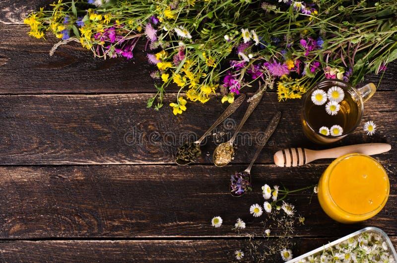Ziołowy miód z dzikimi kwiatami i różnorodnymi ziele pojęcie zdrowego stylu życia Uwalnia przestrzeń dla twój teksta zdjęcia stock