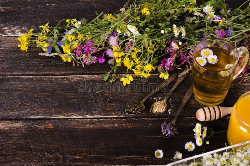 Ziołowy miód z dzikimi kwiatami i różnorodnymi ziele pojęcie zdrowego stylu życia Uwalnia przestrzeń dla twój teksta obrazy stock