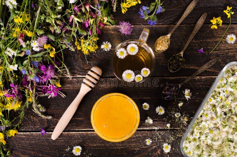 Ziołowy miód z dzikimi kwiatami i różnorodnymi ziele pojęcie zdrowego stylu życia Uwalnia przestrzeń dla twój teksta obrazy royalty free