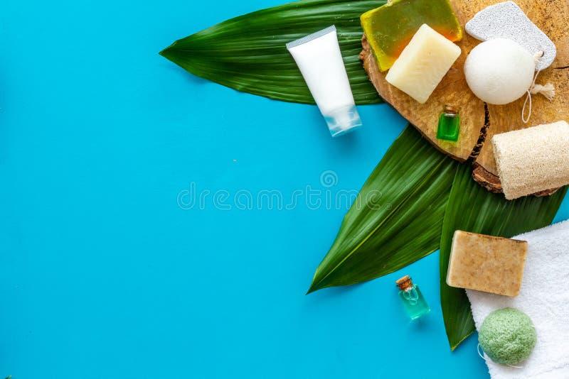 Ziołowy organicznie kosmetyczny ustawiający dla domowej roboty zdroju na błękitnym tle flatlay w górę zdjęcia stock
