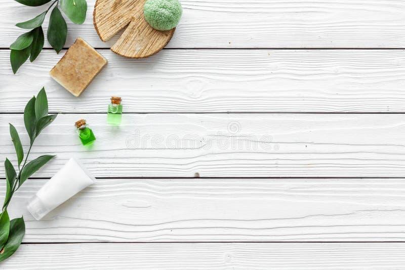 Ziołowy organicznie kosmetyczny ustawiający dla domowej roboty zdroju na białym drewnianym tle flatlay w górę obraz stock