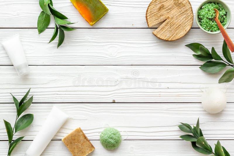 Ziołowy organicznie kosmetyczny ustawiający dla domowej roboty zdroju na białym drewnianym tle flatlay w górę fotografia royalty free