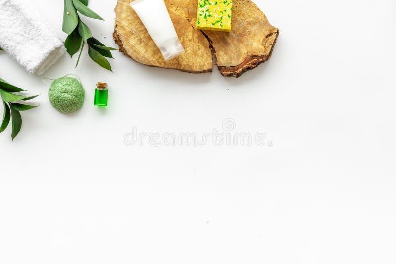 Ziołowy organicznie kosmetyczny ustawiający dla domowej roboty zdroju na białym tle flatlay w górę zdjęcia royalty free