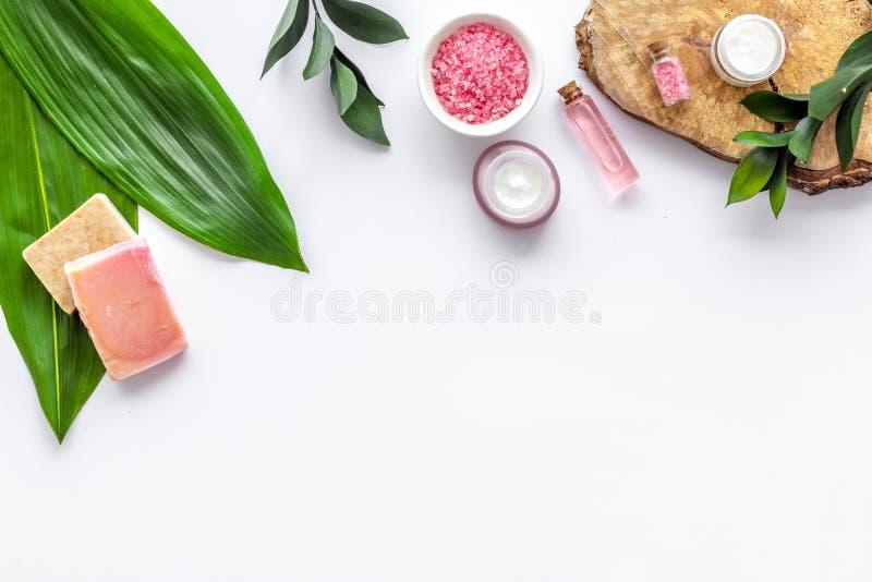 Ziołowy organicznie kosmetyczny ustawiający dla domowej roboty zdroju na białym tle flatlay w górę obrazy stock