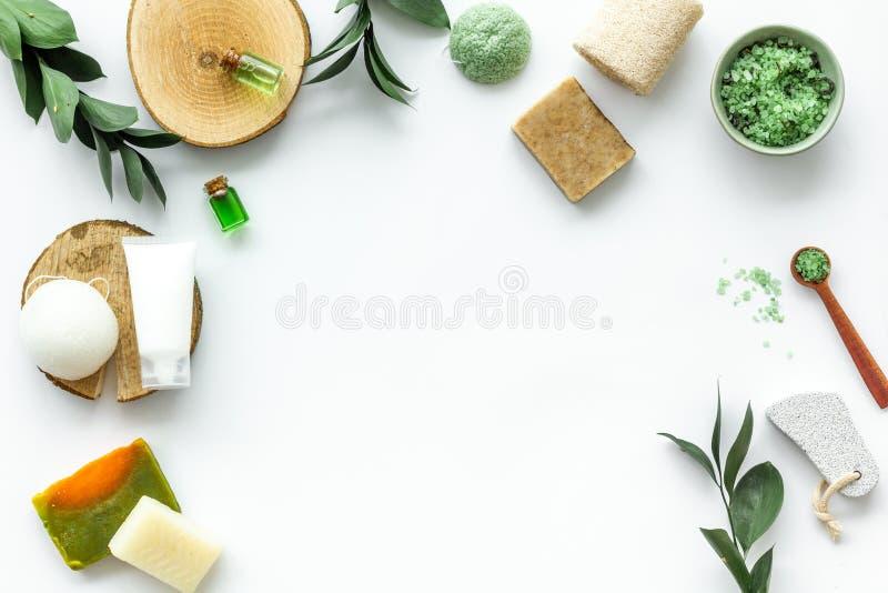 Ziołowy organicznie kosmetyczny ustawiający dla domowej roboty zdroju na białym tle flatlay w górę zdjęcia stock