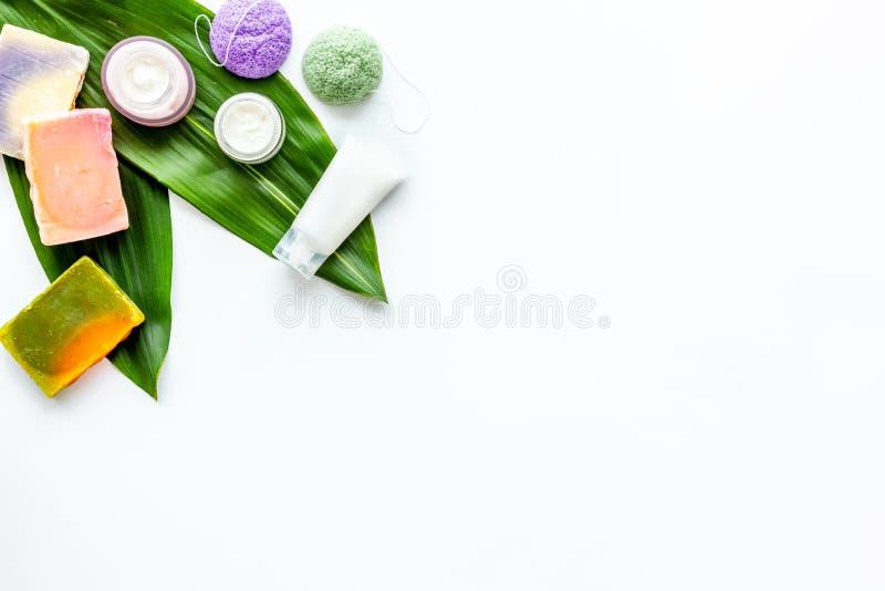 Ziołowy organicznie kosmetyczny ustawiający dla domowej roboty zdroju na białym tle flatlay w górę obraz stock