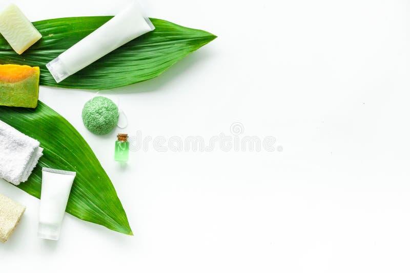 Ziołowy organicznie kosmetyczny ustawiający dla domowej roboty zdroju na białym tle flatlay w górę zdjęcie stock
