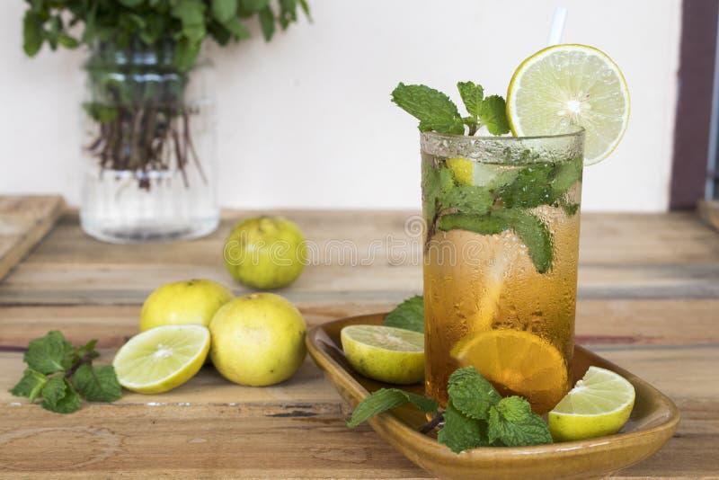 Zio?owej zdrowej nap?j zimnej cytryny koktajlu herbaciana woda zdjęcie stock