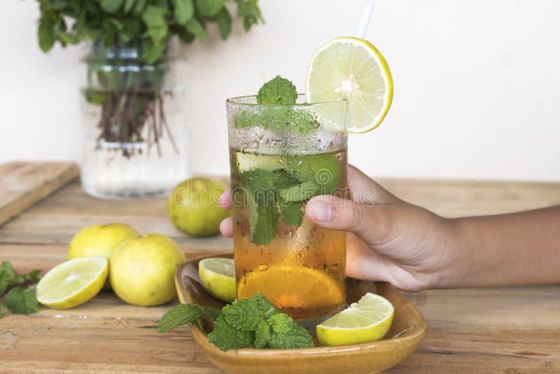 Zio?owej zdrowej nap?j zimnej cytryny koktajlu herbaciana woda obrazy stock