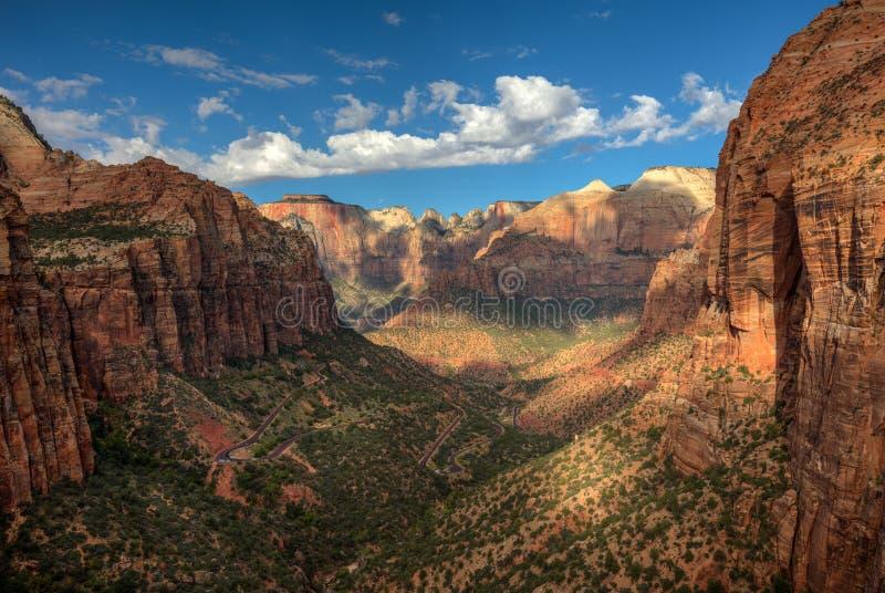 Zion Canyon Morning, canyon donnent sur la traînée, Zion National Park, Utah, Etats-Unis photos stock