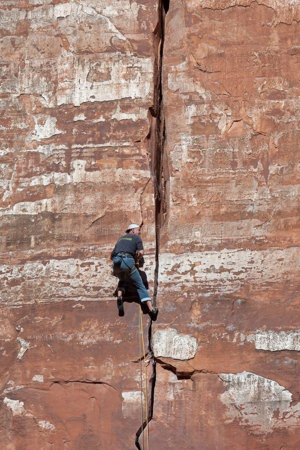 ZION park narodowy, UTAH/USA - LISTOPAD 4: Mężczyzna wspina się zwykłego r fotografia royalty free