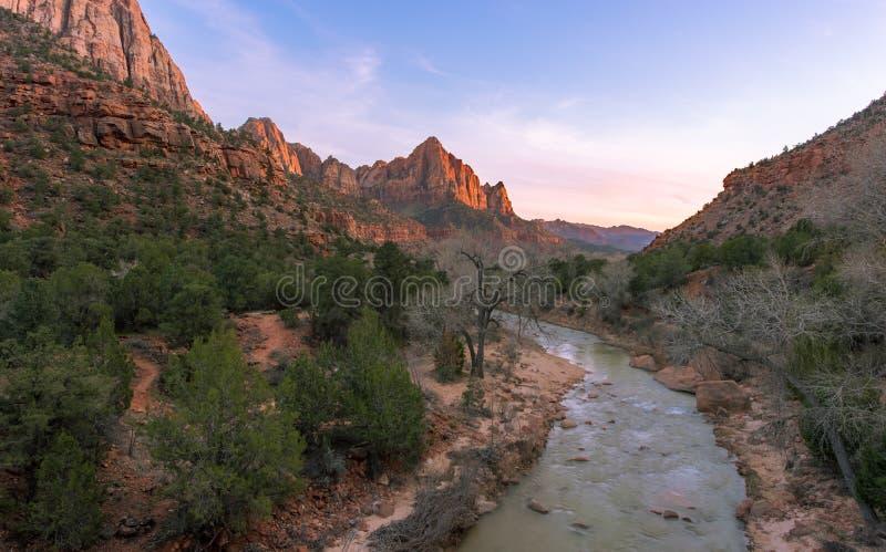 Zion parka narodowego rzeki przepływ w zmierzchu obraz royalty free