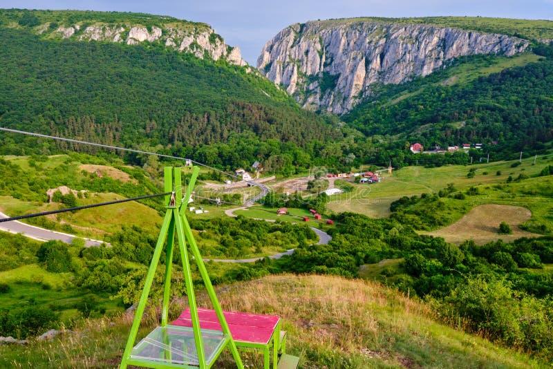 Zipline grund på den Turda klyftan Cheile Turzii, Cluj County, Rumänien, med ingången av kanjonen i baksidan, på soluppgång royaltyfri fotografi