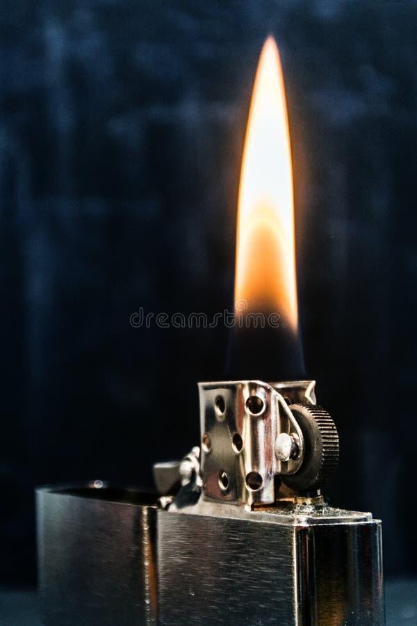 Zippo ljusare closeup med flamman arkivfoto