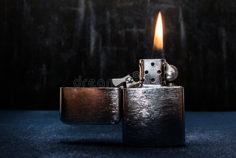 Zippo ljusare closeup med flamman arkivfoton