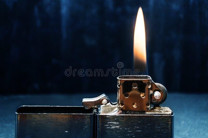 Zippo zapalniczki zbliżenie z płomieniem obraz royalty free