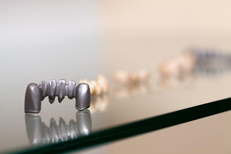 Zirkonium-Porzellan-Zahnplatte im Zahnarzt Store lizenzfreie stockbilder