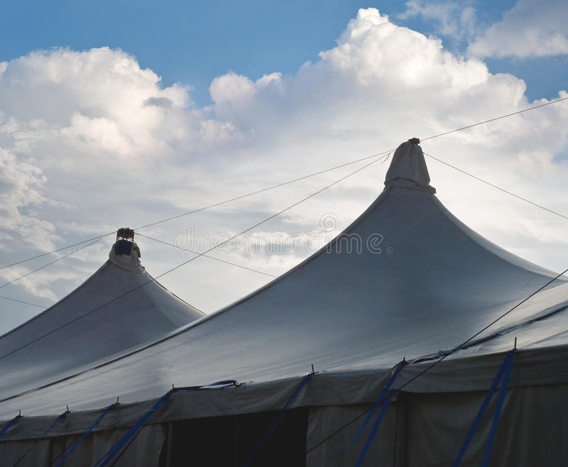 Zirkus-Zelte mit Kumulus-Wolken lizenzfreies stockbild