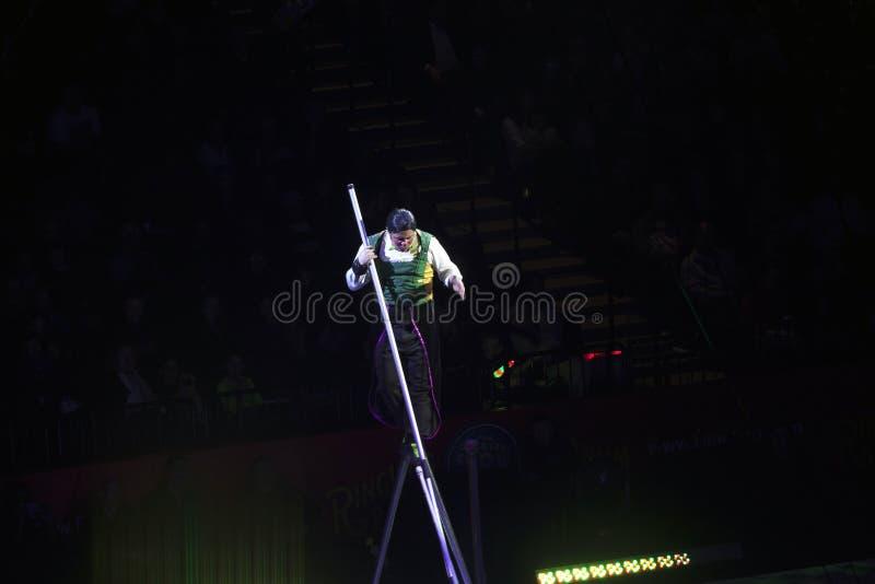Zirkusclown führt am Draht während Show Ringling Bros im Bach durch lizenzfreie stockbilder