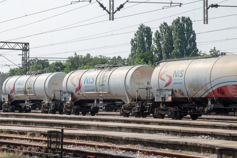 Zisternen-Beh?lterlastwagenzug von Nafta Industria Srbije, das in ein Industriegebiet von Pancevo ?berschreitet stockbild