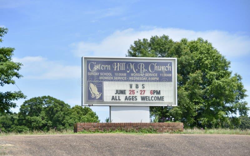 Zisternen-Hügel M B Kirchen-Zeichen, Como, Mississippi lizenzfreie stockfotos