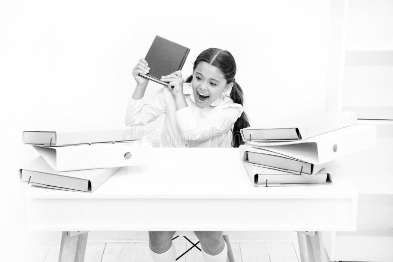 Zit de meisje bored leerling bij bureau met omslagen en boeken Kwesties van formeel onderwijs Terug naar het Concept van de Schoo royalty-vrije stock afbeelding