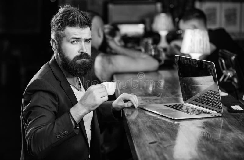 Zit de mensen gebaarde zakenman bar met laptop en kop van koffie Freelance voordeel Het managerwerk online terwijl van koffie gen royalty-vrije stock foto's