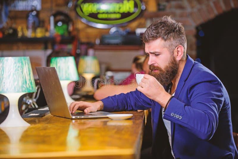 Zit de mensen gebaarde zakenman bar met laptop en kop van koffie Freelance voordeel Het managerwerk online terwijl van koffie gen royalty-vrije stock fotografie