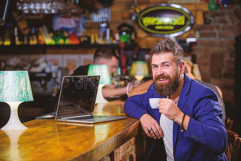 Zit de mensen gebaarde zakenman barteller met laptop en kop van koffie Creeer de blog van het inhoudsweb De manager creeert post royalty-vrije stock foto's