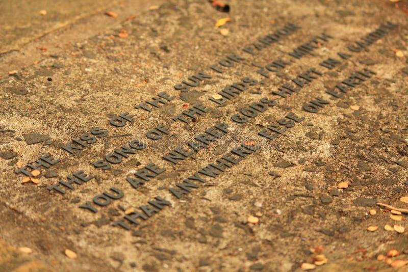 Zitate auf dem Stein lizenzfreie stockfotografie