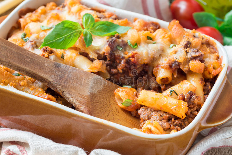 Ziti bolonhês no prato do cozimento Caçarola da massa com a carne, molho de tomate triturado e o queijo, horizontais imagens de stock