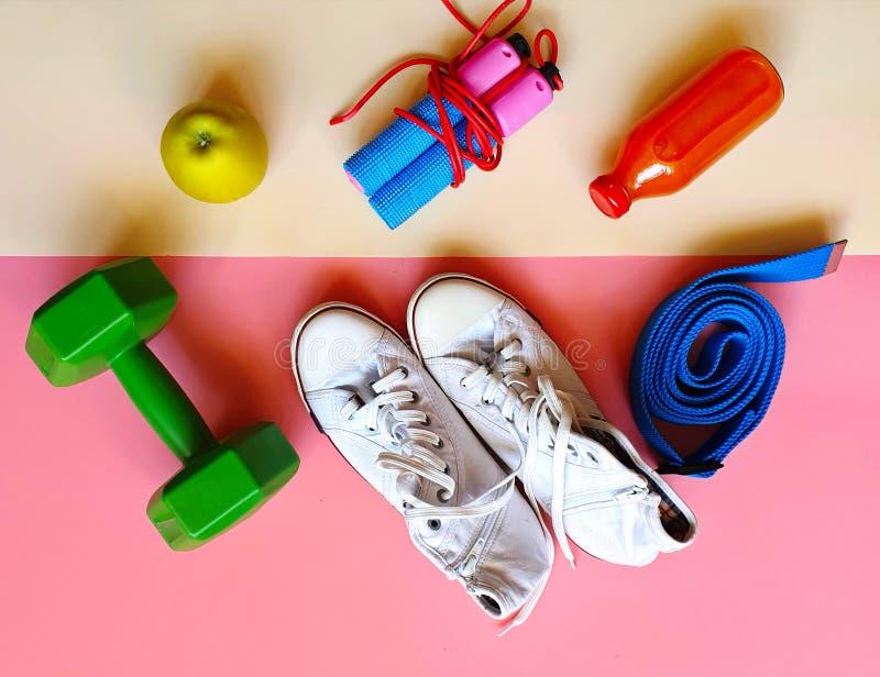 Zitiert gesunde Lebensstilmotivation des Sport-Eignungs-Trainings-Expander-Übungs-Ausrüstungs-Sportstilllebens Fahnenkonzept rela stockbilder