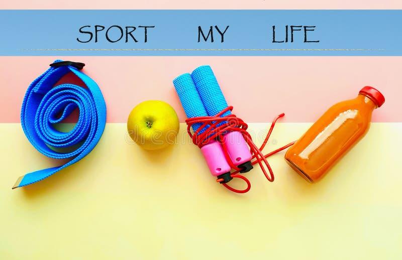 Zitiert gesunde Lebensstilmotivation des Sport-Eignungs-Trainings-Expander-Übungs-Ausrüstungs-Sportstilllebens Fahnenkonzept rela stockbild