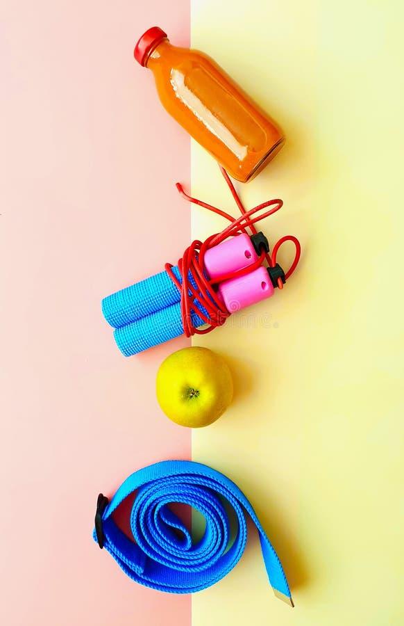 Zitiert gesunde Lebensstilmotivation des Sport-Eignungs-Trainings-Expander-Übungs-Ausrüstungs-Sportstilllebens Fahnenkonzept rela stockfoto