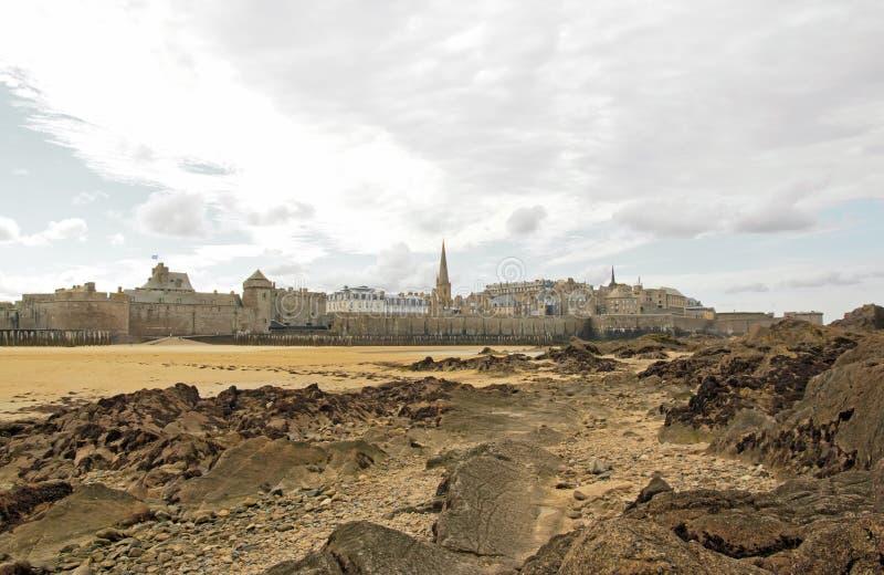 Zitiert von St. Malo unter einem bewölkten Himmel Bretagne, Frankreich stockbilder