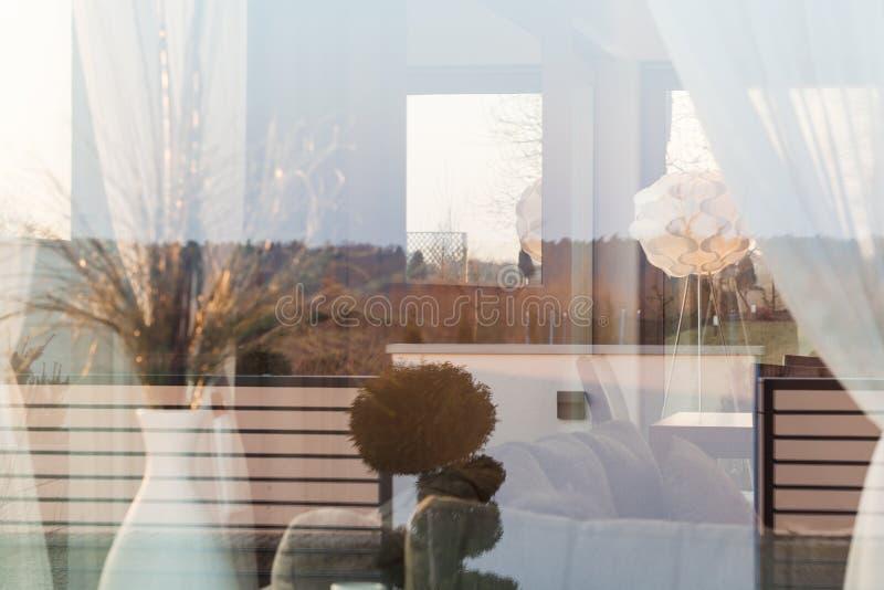 Zitkamer achter venster stock afbeelding