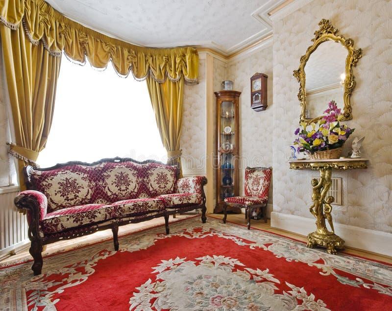 Zitkamer met antiek meubilair royalty-vrije stock afbeeldingen