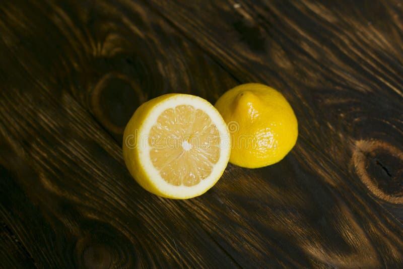 Zitrone auf einem dunkelbraunen Hintergrund stockfotografie